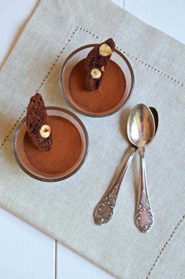 Schokoladen-Espresso-Mousse mit Haselnuss-Biscotti