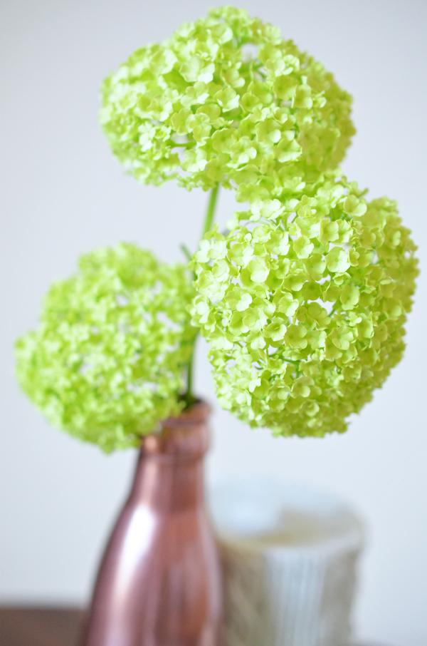 Frühlingsblumen in selbstgemachter Kupfervase