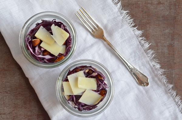 Rotkohlsalat mit Datteln, Nüssen und Peccorino - echtes Soulfood