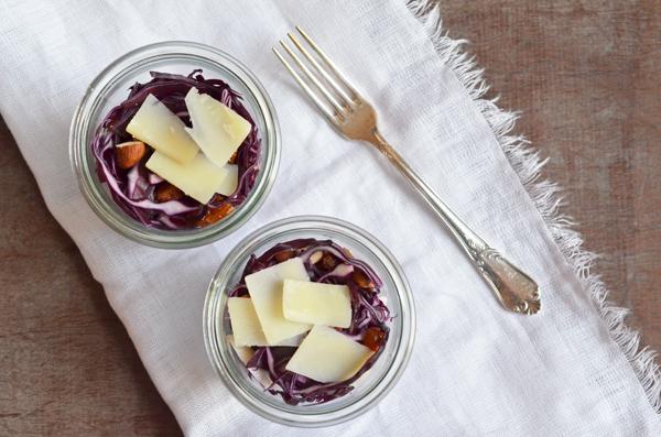 Rotkohlsalate mit Datteln, Nüssen und Peccoriono - echtes Soulfood