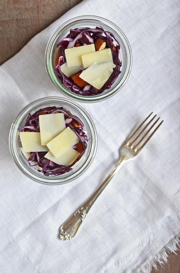 Rotkohlsalat mit Datteln, Nüssen und Peccorino - echtes Soulfoood