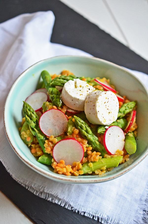 Salat von grünem Spargel mit roten Linsen und Ziegenkäse