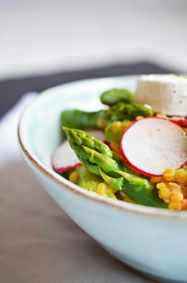 Grüner Spargel mit Ziegenkäse und roten Linsen als Salat