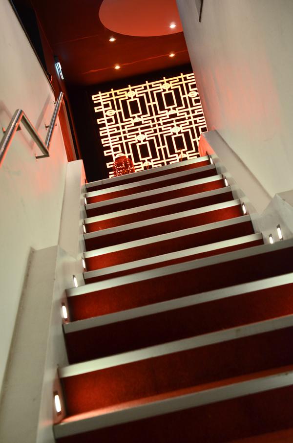 Die Treppe hoch zur Tokyo Lounge