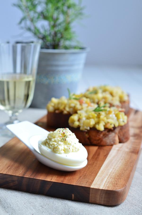 Apfel-Speck-Bruschetta und gefüllte Eier