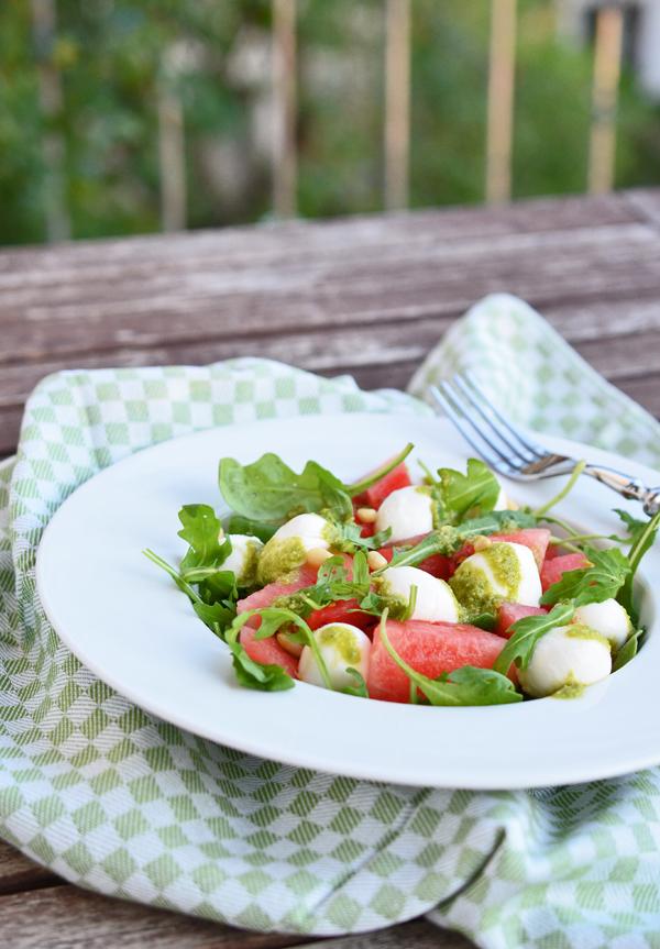 Auf dem Balkon schmeckt der Melonensalat mit selbstgemachtem Pesto am besten
