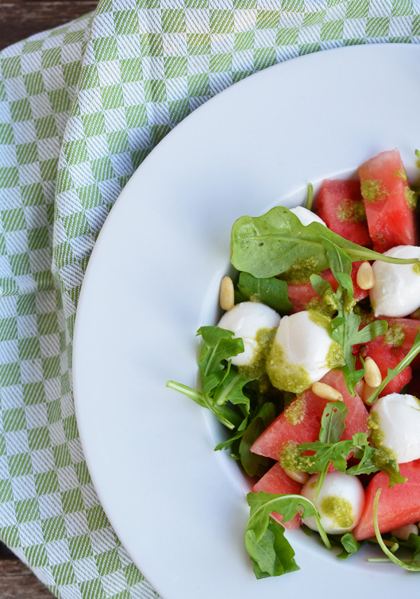 Melonensalat mit Mozarella, Rucola, Pinienkernen und selbstgemachtem Pesto