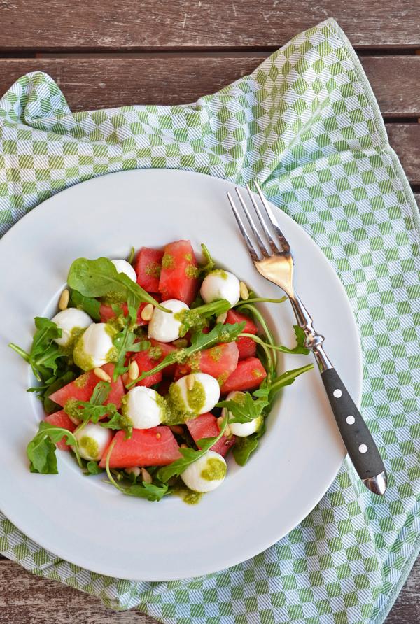 Melonen-Mozarella-Salat mit Rucola, Pinienkernen und selbstgemachtem Basilikumpesto