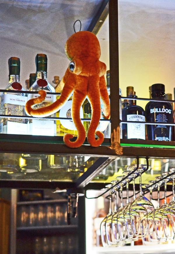 Stoff-Tintenfisch an der Bar des Restaurants Oktopus in Düsseldorf