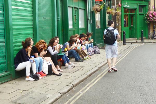 Essende Menschen am Londoner Borough Market