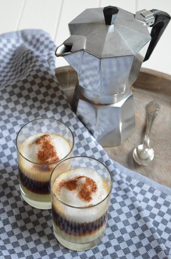 Barraquito - Kaffespezialität aus Teneriffa - gekrönt von einer Milchschaumhaube mit Zimt