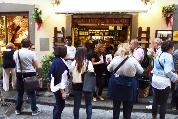 Zu I Due Fratellini in Florenz strömen mittags Einheimische, Sprachschüler und Touristen.