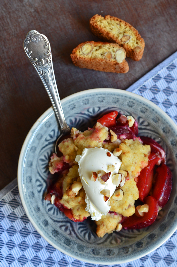 Pflaumen-Crumble mit Cantuccini-Streuseln
