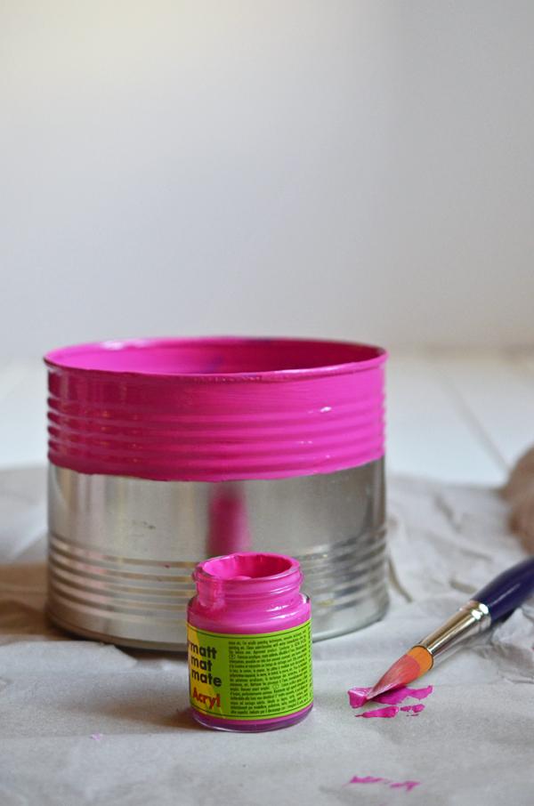 Adventskranz-Upcycling: Die Konservendose wird pink angemalt
