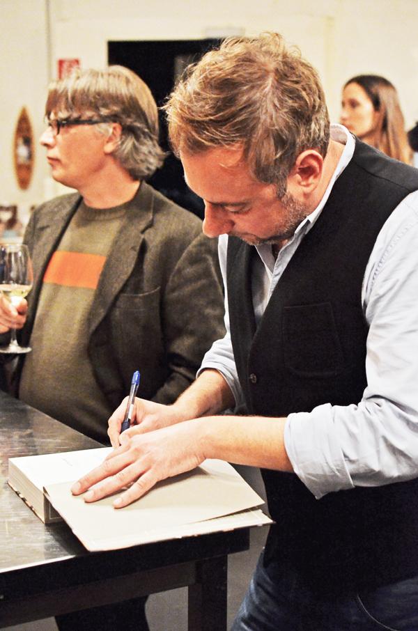 Stevan Paul signiert sein neues Kochbuch auf die Hand