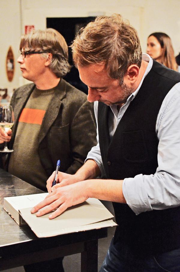"""Foodblogger und Buchautor Stevan Paul signiert sein neues Kochbuch """"Auf die Hand"""""""