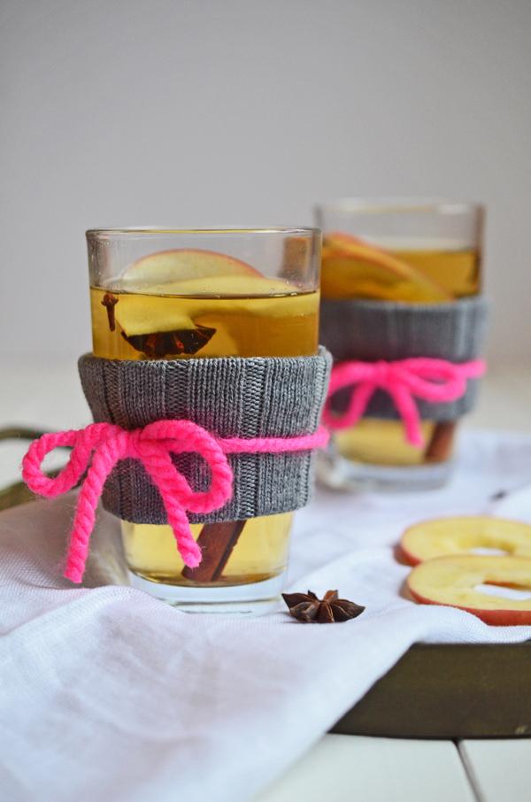 Rezept für selbstgemachten Apfelglühwein - und DIY für Glasstulpen aus Wolle