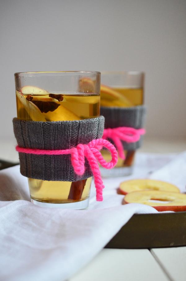 Apfelglühwein serviert mit selbstgemachten Glasstulpen
