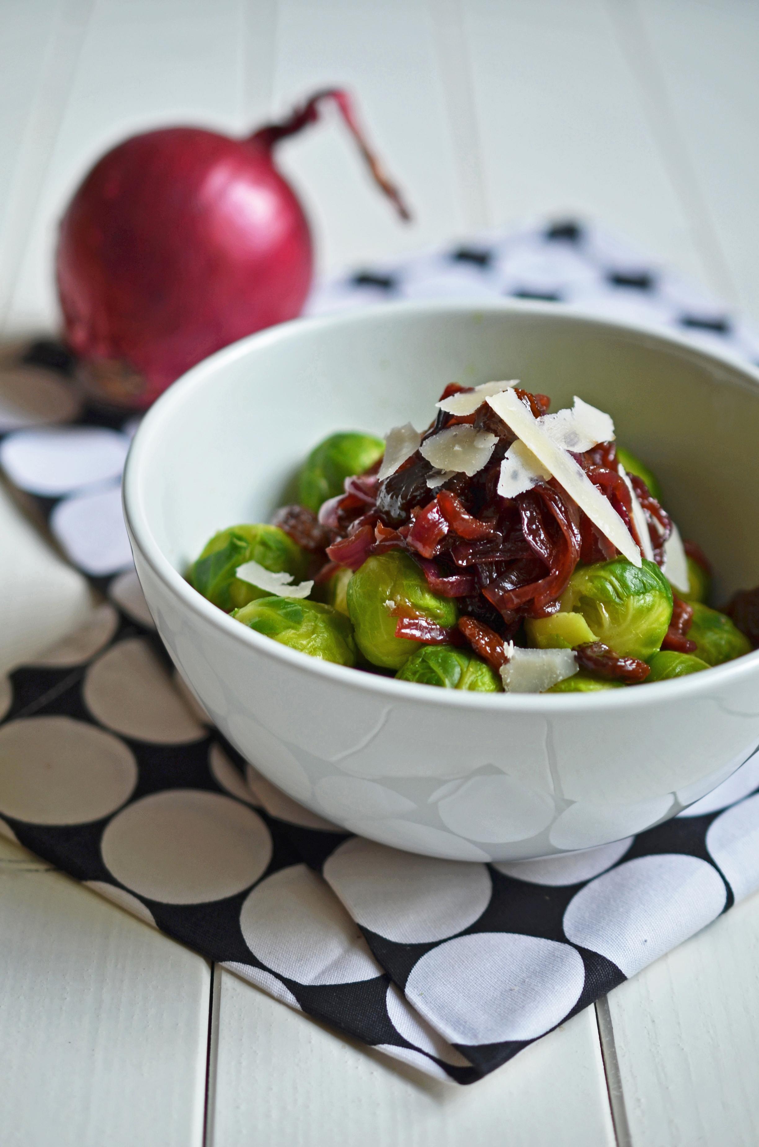 Rosenkohl mit karamellisierten Zwiebeln - eine köstliche Gemüsebeilage für Herbst und Winter