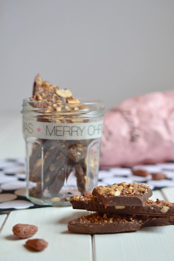 Selbstgemachte Schokolade mit gebrannten Mandeln als Weihnachtsgeschenk aus der Küche