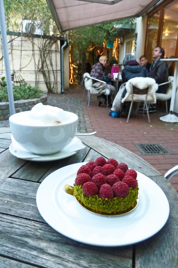 Himbeertörtcheen im Café Pure Freude in Düsseldorf
