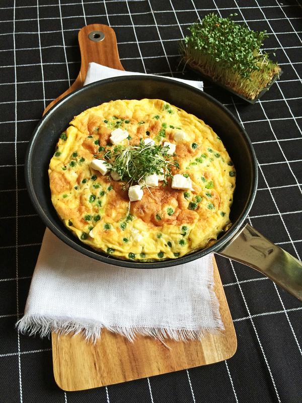 Leckkeres Low-Carb-Gericht: Frittata mit Erbsen und Schafskäse