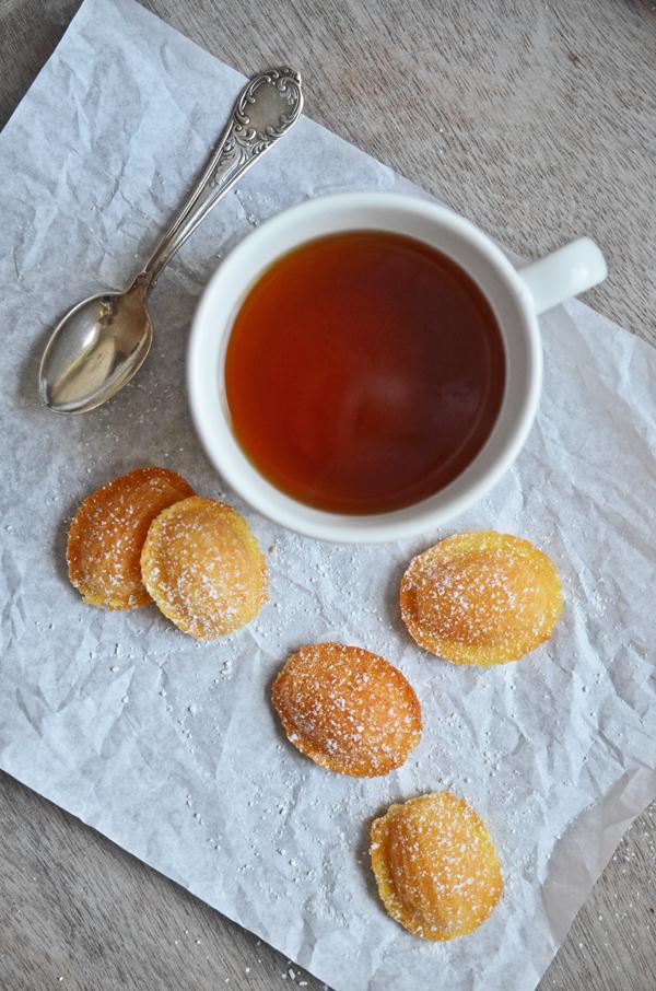 Tee mit selbst gebackenen Zitronen-Madeleines