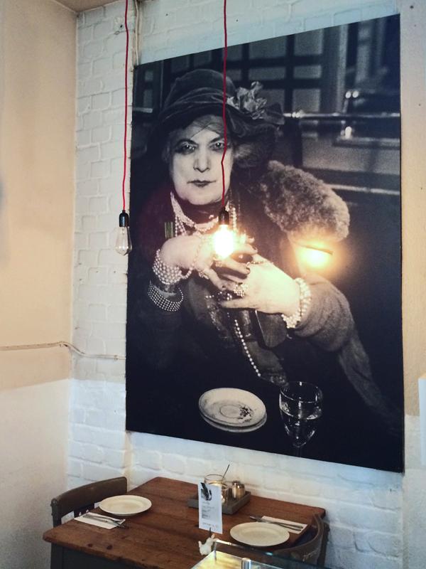 Porträt der alten Dame im Düsseldorfer Restaurant Zimmer Nr.1