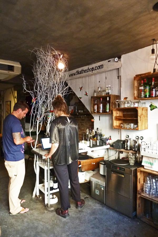 Fantasievolles Ambiente im schwedischen Café Fika in London