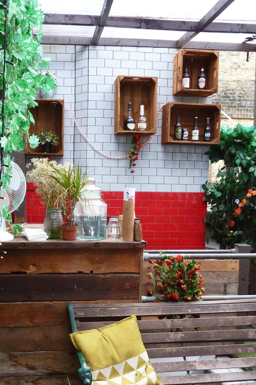 Obstkisten als Regale im schweidschen Café Fika in London