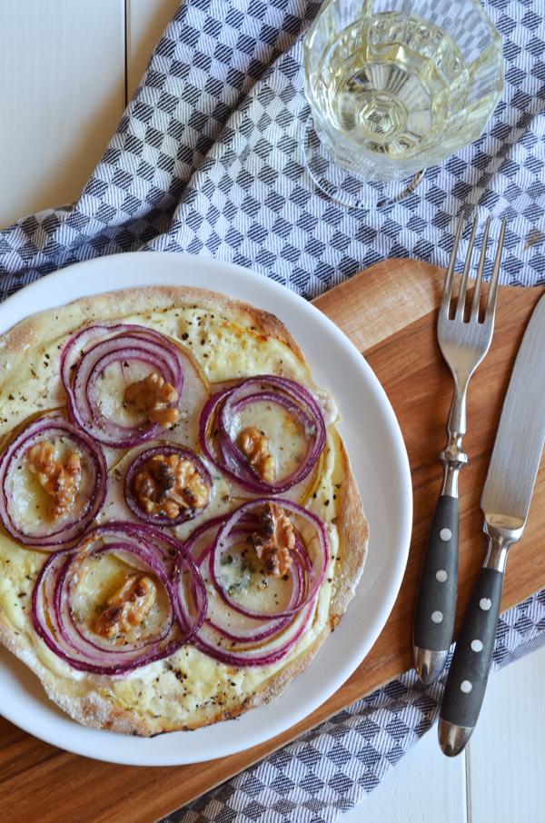Flammkuchen selbs gemacht mit Birne, roten Zwiebeln und Roquefort