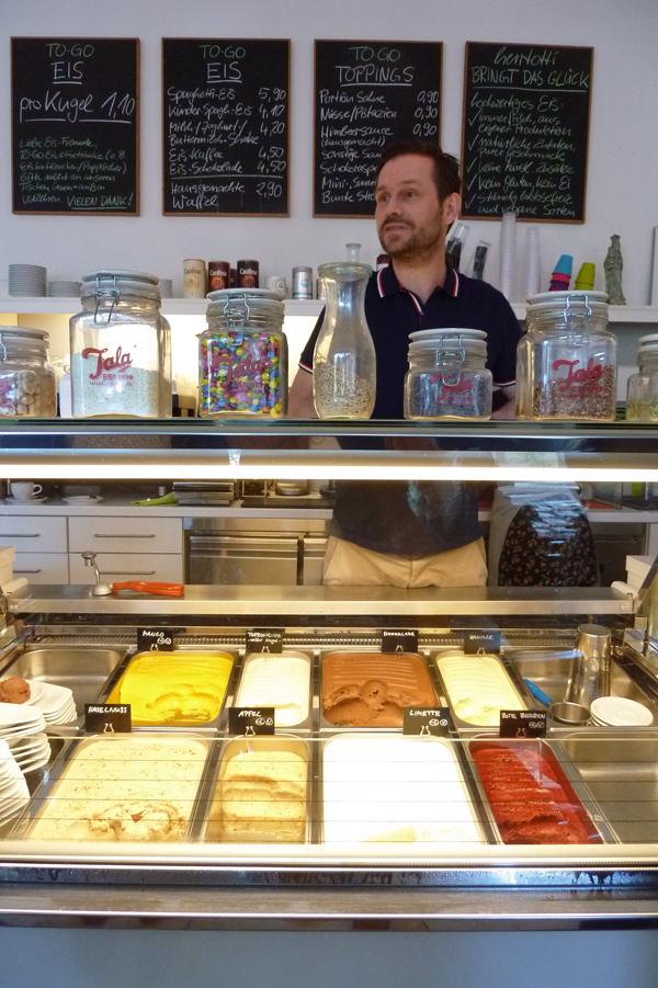 In der hertotti Eismanufaktur in Düsseldorf-Bilk serviert Torsten Lode hausgemachtes Eis ohne Zusatzstoffe