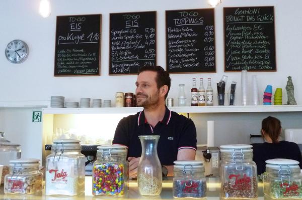 Im Eiscafé herrtotti in Düsseldorf-Bilk serviert Torsten Lode hausgemachtes Eis ohne Zusatzstoffe