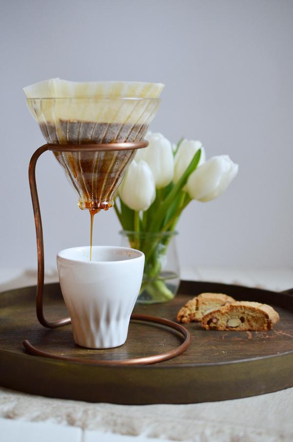Ouver Coffee Stand - der Handfilter hängt in einer Metallschlaufe aus Kupfer