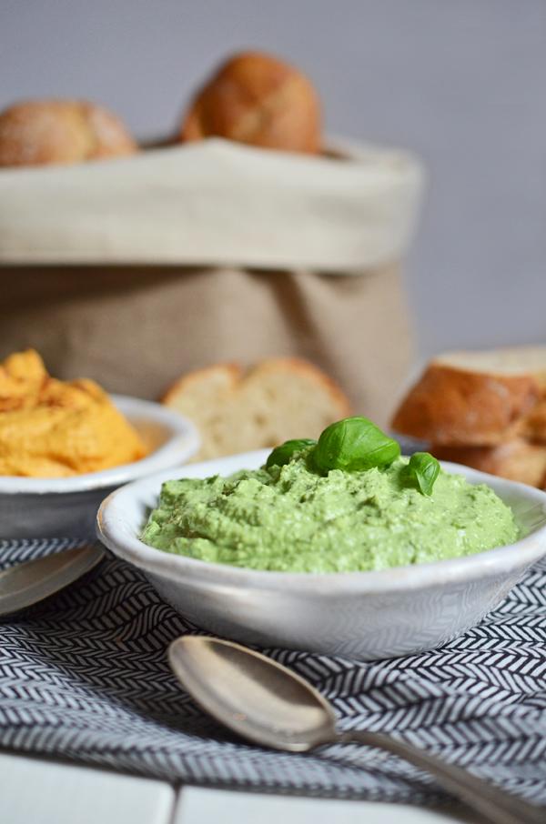 Dips für das Partybuffet: basilikum-Schafskäse-Creme und Möhren-Dip mit Ziegenfrischkäse