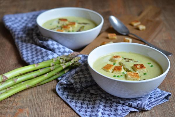 Vorspeise für das Frühlingsmenü: Grüne-Spargel-Suppe
