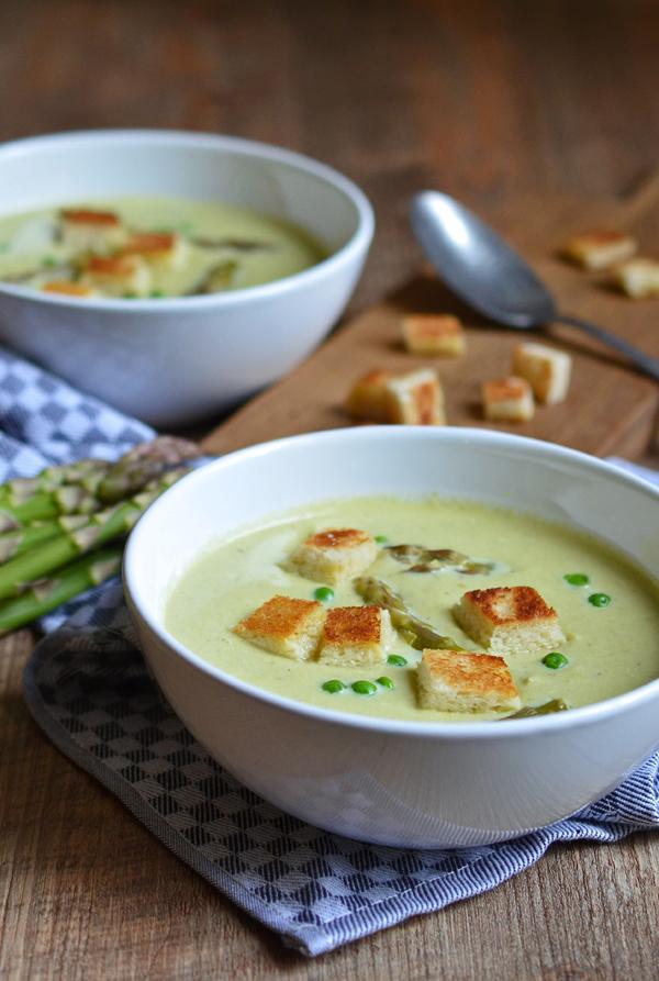 Grüne-Spargel-Suppe mit Erbsen und Knoblauch-Croûtons