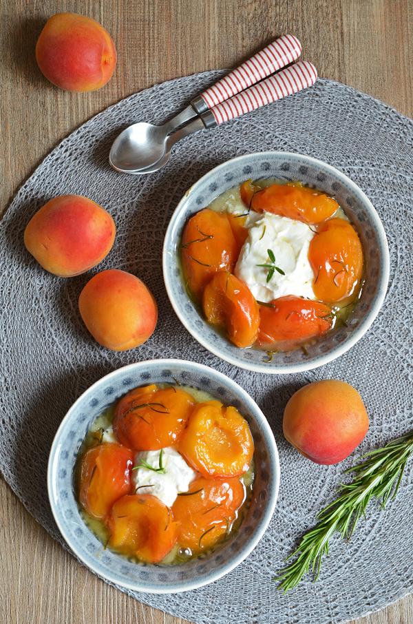 Aprikosen in Karameell-Sauce von gesalzener Butter und Rosmarin
