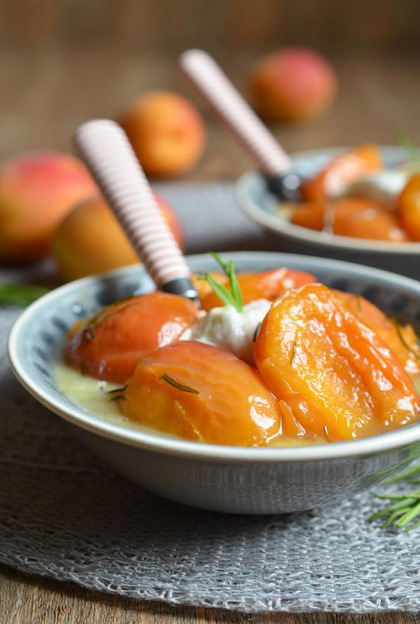 Sommer-Dessert mit karamellisierten Aprikosen und Rosmarin