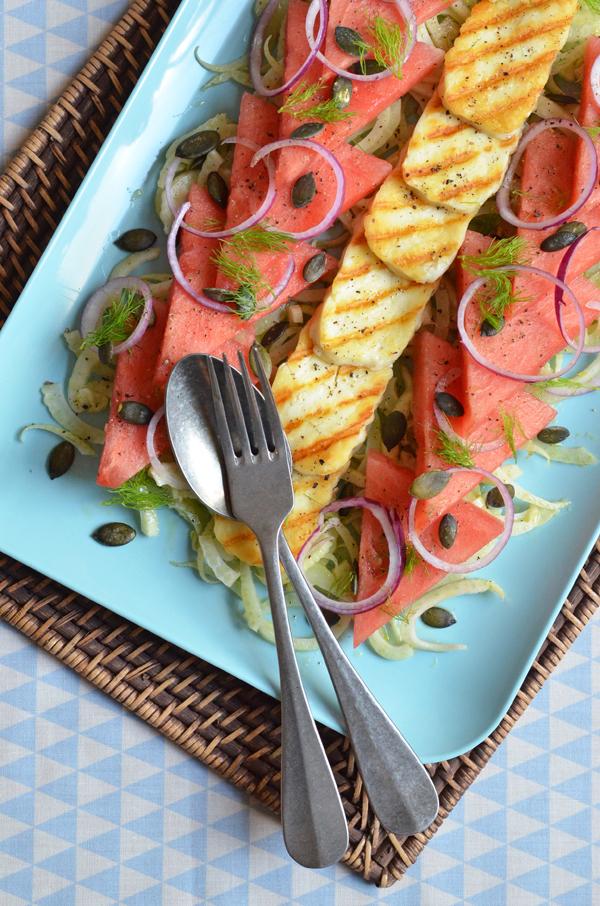 Wassermelone und Fenchel als Salat, dazu gegrillter Haloumi